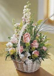 Erzincan hediye sevgilime hediye çiçek  güller ve mevsim çiçeginden sepet