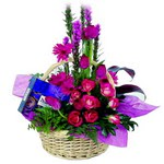 çikolata ve sepette çiçek   Erzincan 14 şubat sevgililer günü çiçek