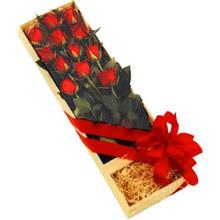 kutuda 12 adet kirmizi gül   Erzincan anneler günü çiçek yolla