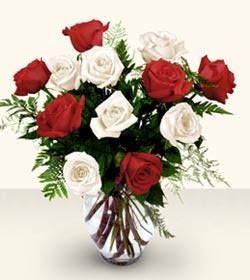 Erzincan çiçek , çiçekçi , çiçekçilik  6 adet kirmizi 6 adet beyaz gül cam içerisinde