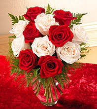 Erzincan çiçek , çiçekçi , çiçekçilik  5 adet kirmizi 5 adet beyaz gül cam vazoda