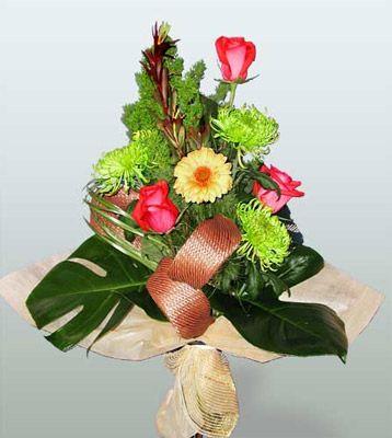 Erzincan kaliteli taze ve ucuz çiçekler  3 adet gül 4 adet gerbera çiçegi sade buket