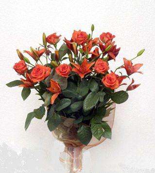 9 adet gül ve 3 adet lilyum çiçegi buketi   Erzincan çiçekçi telefonları