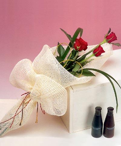 3 adet kalite gül sade ve sik halde bir tanzim  Erzincan çiçek gönderme sitemiz güvenlidir