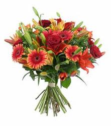 Erzincan hediye sevgilime hediye çiçek  3 adet kirmizi gül ve karisik kir çiçekleri demeti