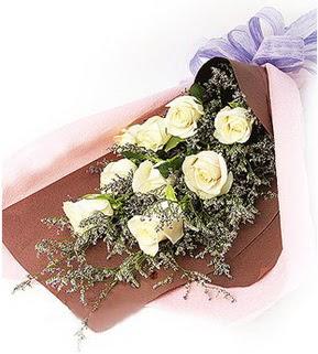 Erzincan çiçekçi telefonları  9 adet beyaz gülden görsel buket çiçeği