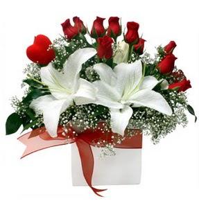 Erzincan yurtiçi ve yurtdışı çiçek siparişi  1 dal kazablanka 11 adet kırmızı gül vazosu