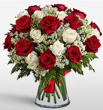 Vazoda 12 kırmızı 12 beyaz gül tanzimi  Erzincan çiçek , çiçekçi , çiçekçilik