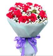 12 adet kırmızı gül ve beyaz kır çiçekleri  Erzincan yurtiçi ve yurtdışı çiçek siparişi