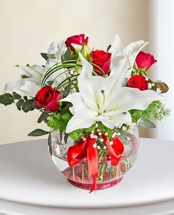 Fanus Vazoda 2 Lilyum ve 5 Gül Dansı  Erzincan hediye sevgilime hediye çiçek