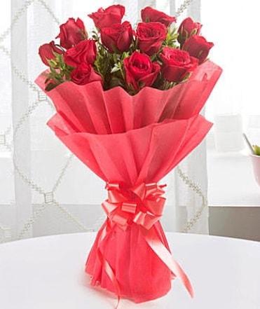 12 adet kırmızı gülden modern buket  Erzincan anneler günü çiçek yolla