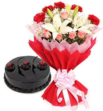 Karışık mevsim buketi ve 4 kişilik yaş pasta  Erzincan yurtiçi ve yurtdışı çiçek siparişi